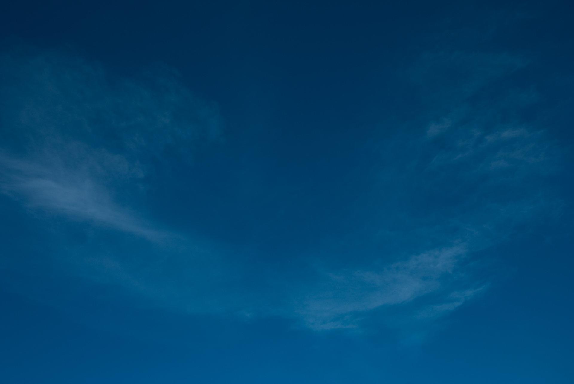 ... Unas nubes encima de la Stupa que me sirve de fondo de escritorio