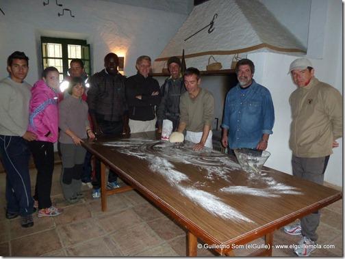 aprendiendo a hacer la masa del pan...