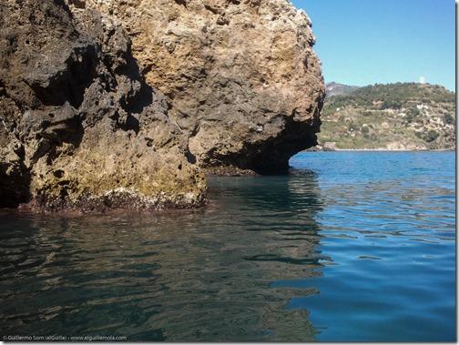 el paraje natural de los acantilados de Maro-Cerro Gordo a un paso del desagüe de aguas fecales...